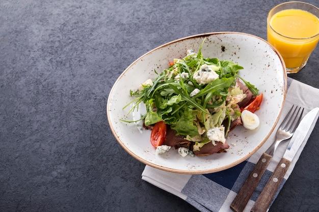 Rundvleessalade met groenten en kaas.