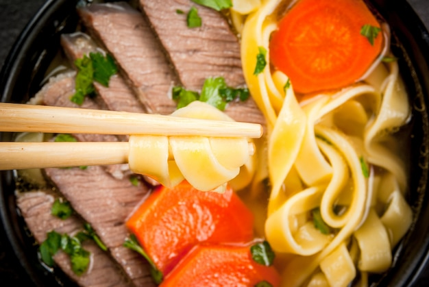 Rundvleessoep met noedels in aziatische stijl