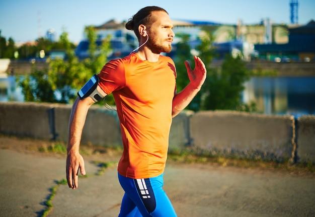 Runner excercising zijn lichaam