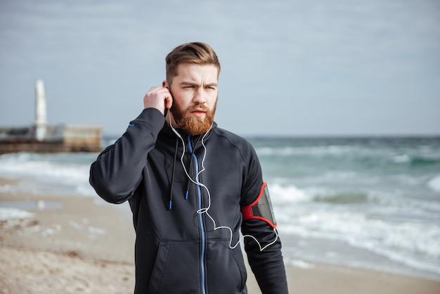 Runner in de buurt van de zee wegkijkend vooraanzicht