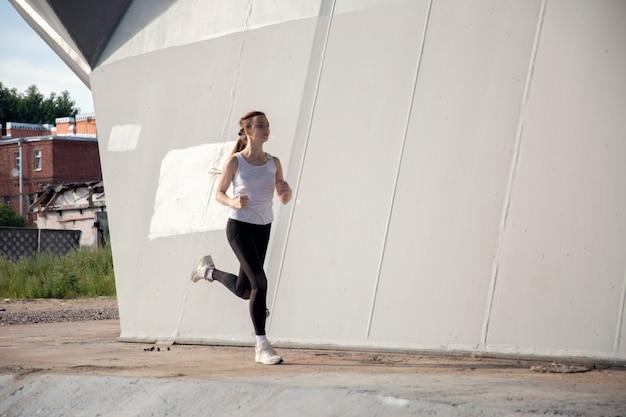 Runner workout bij zonsondergang in de stad
