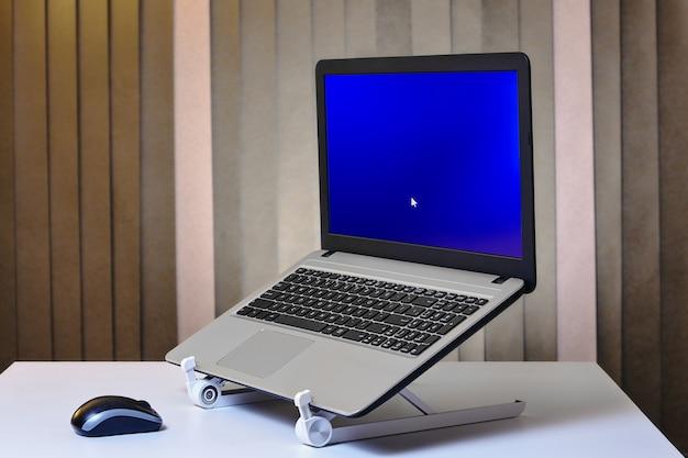 Running laptop is geïnstalleerd in notebook houder standaard.