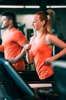 Running paar sport wellness gym concept. harde cardiotraining. alles om het doel te bereiken.