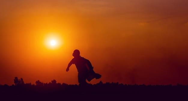 Running superheld silhouet vooruit met vastberadenheid rennen en oefenen concept van een jongen die een superheld is