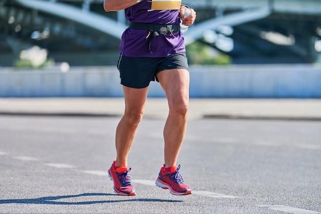 Running vrouw. fitness vrouw joggen in sportkleding op stadsweg. gezonde levensstijl, sporthobby