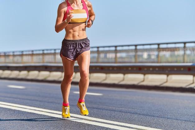 Running vrouw. fitness vrouw joggen in sportkleding op weg van de stad