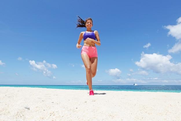 Running vrouw joggen op strand