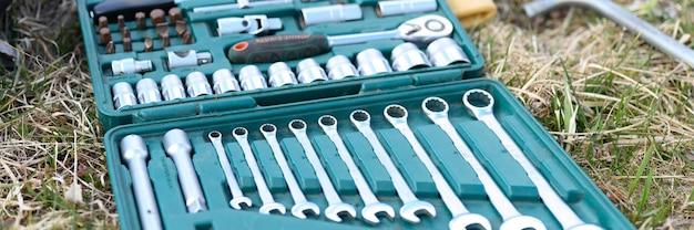 Rusland april 2020. set van verschillende reparatiehandgereedschappen of gereedschappen van automonteurs. reparatie toolkit in een doos op het gras buitenshuis. apparatuur voor de bouw. banner