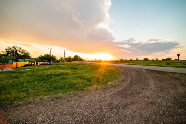 Rusland dorp zonsondergang lente felle zon wegpalen en draden