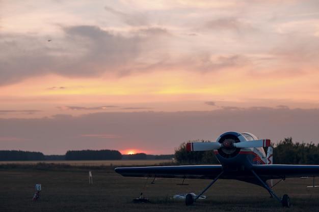 Rusland, moskou - 1 augustus 2020: klein privé eenmotorig propellervliegtuig op de regionale luchthaven bij zonsondergang.