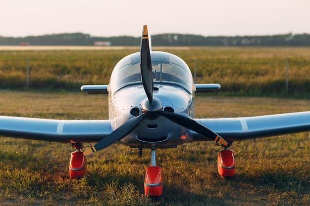 Rusland, moskou - 1 augustus 2020: klein privé eenmotorig propellervliegtuig op regionale luchthaven.