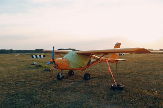 Rusland, moskou - 1 augustus 2020: klein privé eenmotorig propellervliegtuig op regionale luchthaven