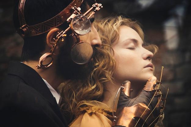 Rusland, nizhniy tagil, 13 augustus 2014 - steampunk-sprookjesmagie van een verliefd paar