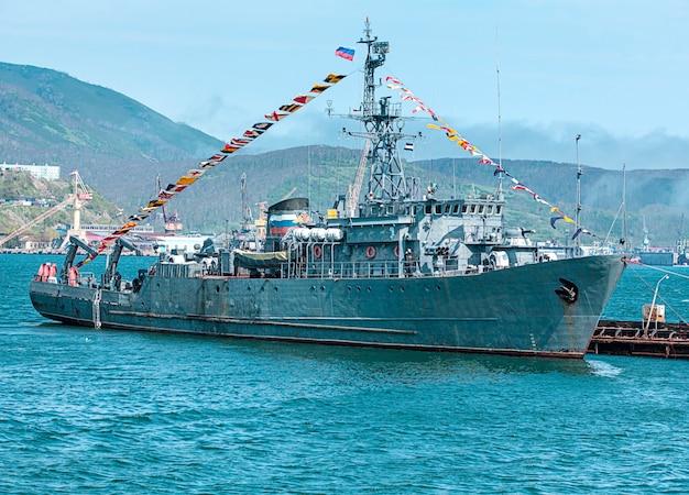 Rusland oorlogsschip met vlaggen op kamtsjatka