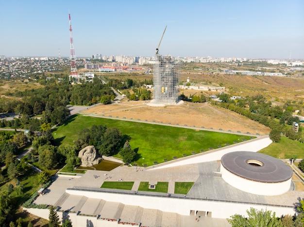 Rusland, volgograd. het monument, dat de moeder het moederland noemt, is gekleed in steigers en het standbeeld wordt gerestaureerd.