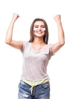 Rusland wint. overwinning, gelukkig en doel schreeuwen emoties van russische vrouw voetbalfan in spelondersteuning van het russische nationale team op witte achtergrond. voetbalfans concept.