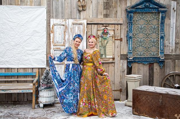 Russisch meisje in russische klederdracht van de winter in een dorp