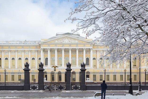 Russisch museum op vierkant van kunsten in de winter met sneeuwwitte bomen, st. petersburg, rusland.