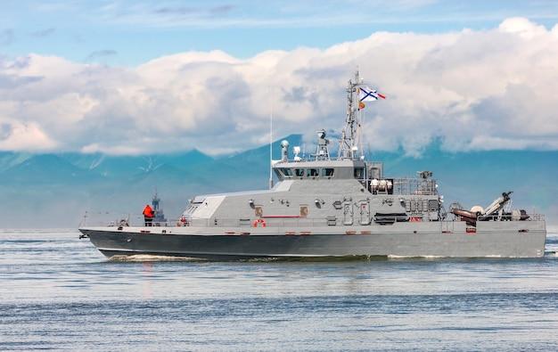 Russisch oorlogsschip dat langs de kust gaat