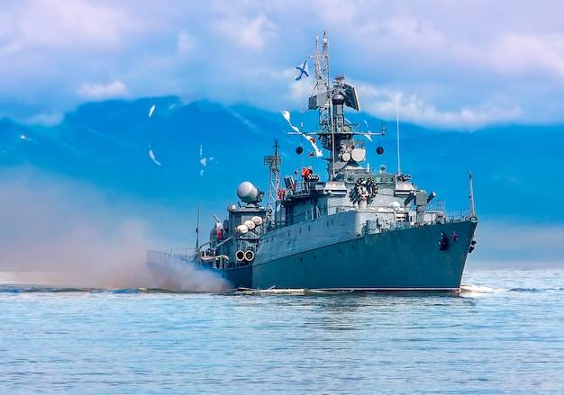 Russisch oorlogsschip dat langs de kust vaart