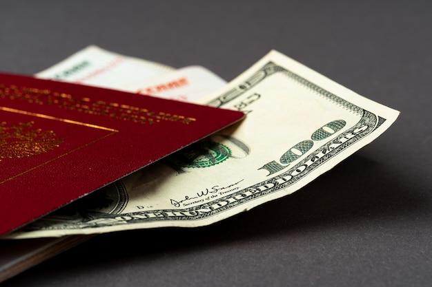 Russisch paspoort met amerikaanse dollars en russische roebelsbankbiljetten