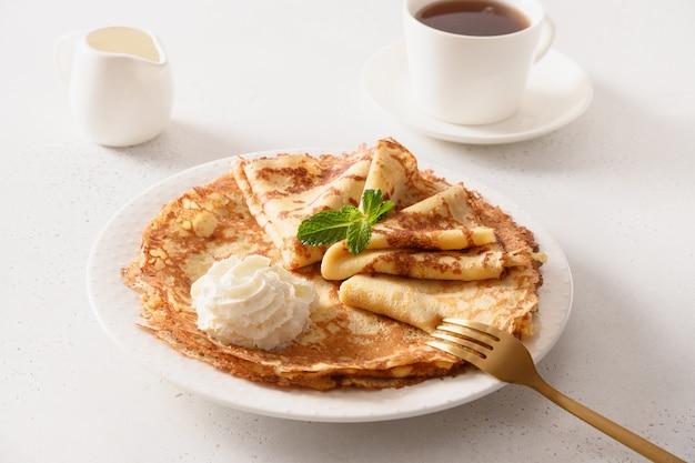 Russisch traditioneel ontbijt voor stuk dunne pannenkoeken met slagroom.