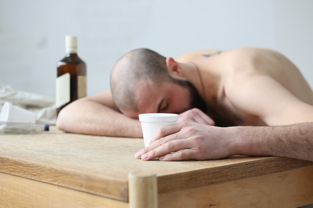 Russische alcoholisten vielen in slaap aan de tafel in het appartement. de beelddiepte van het veld