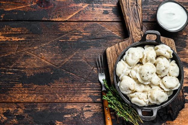 Russische dumplings pelmeni met rundvlees en varkensvlees