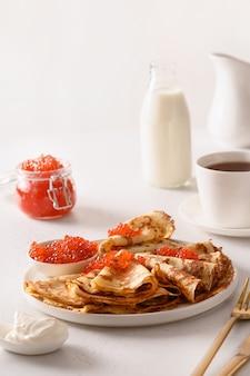 Russische dunne pannenkoeken of blini met rode kaviaar