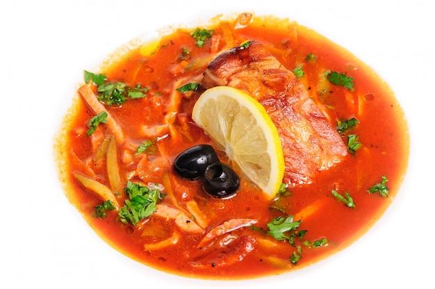 Russische en oekraïense soep solyanka