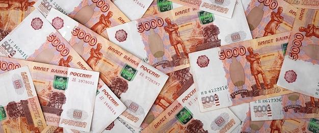 Russische geldbankbiljetten van vijfduizend roebel
