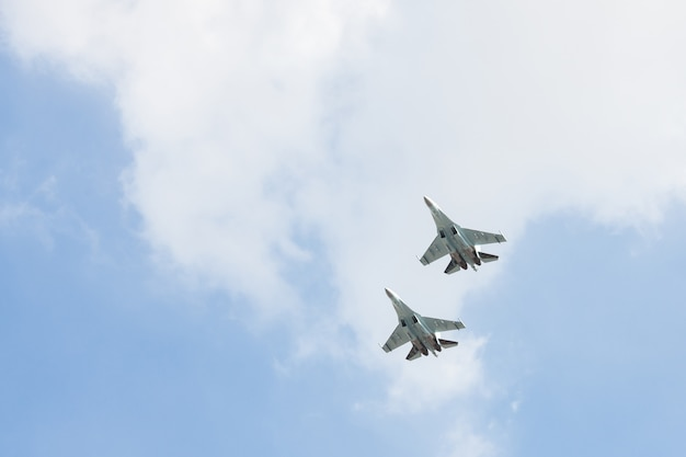 Russische jagers in de lucht op het feest.