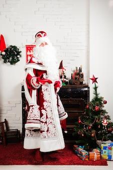 Russische kerstpersonages: ded moroz, santa en snegurochka, sneeuwmeisje poseren in de studio