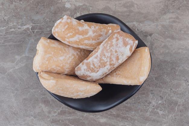 Russische koekjes in een kleine kom op marmer