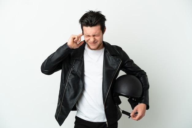 Russische man met een motorhelm geïsoleerd op een witte achtergrond gefrustreerd en die oren bedekt