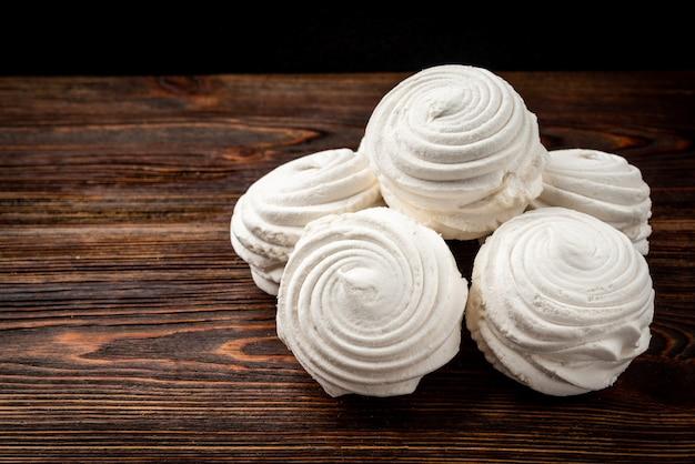 Russische marshmallow op donkere houten tafel