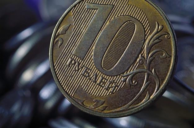 Russische munt in coupure van 10 roebel (omgekeerd) tegen andere russische roebels van verschillende coupures. macrofoto.