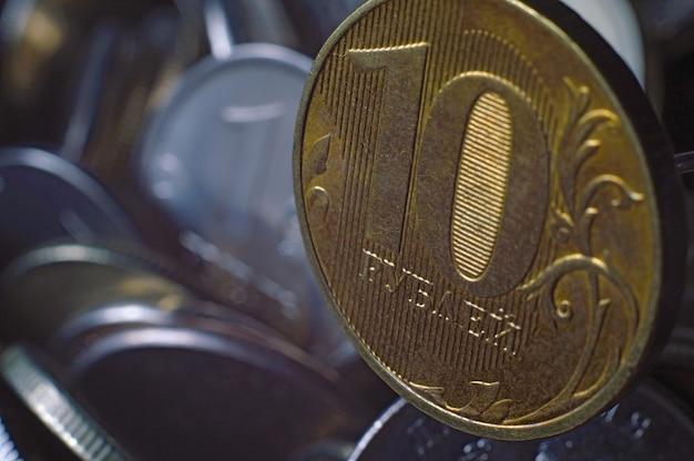 Russische munt in coupure van 10 roebel (omgekeerd) tegen de achtergrond van andere russische roebels van verschillende coupures. macrofoto.