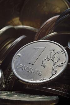 Russische munt van 1 roebel (omgekeerd) tegen andere russische roebels van verschillende coupures. macro.