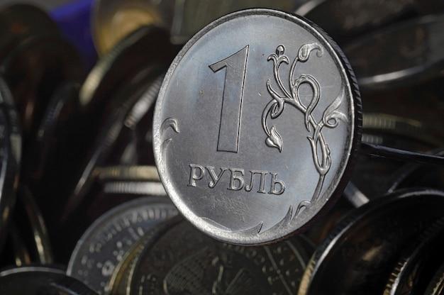 Russische munt van 1 roebel (omgekeerd) tegen andere russische roebels van verschillende denominaties. macrofoto.