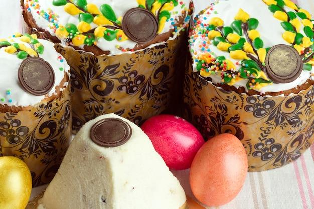 Russische pasen-brood kulich paska die met geschilderde kleurrijke paaseieren wordt verfraaid
