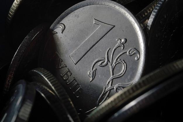 Russische roebelmunt tegen de achtergrond van andere russische roebels van verschillende denominaties