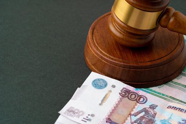 Russische roebels notities met rechter hamer. corruptie concept