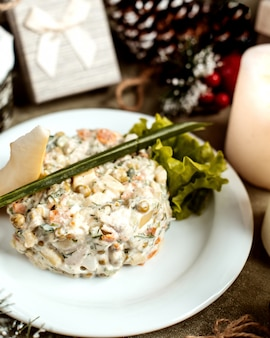 Russische salade met kruiden en kaas