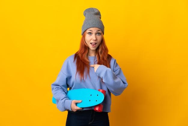 Russische schaatservrouw die op geel met verrassingsgelaatsuitdrukking wordt geïsoleerd