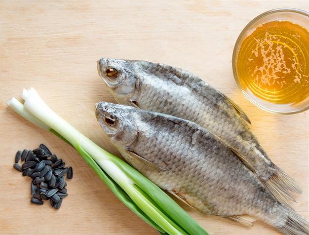 Russische snack met bier, gedroogde vis, ui en zonnebloempitten