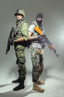 Russische soldaat die vecht tegen een terrorist