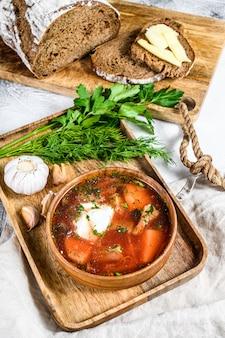 Russische specialiteit borsch-soep met rode biet en zure room. grijze achtergrond. bovenaanzicht