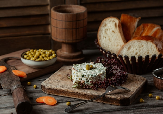 Russische stolichni-salade die in rood slablad wordt gediend