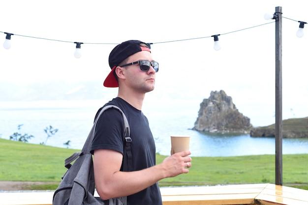 Russische toerist die thee drinkt dichtbij heilige plaats onder sjamanen shamanka